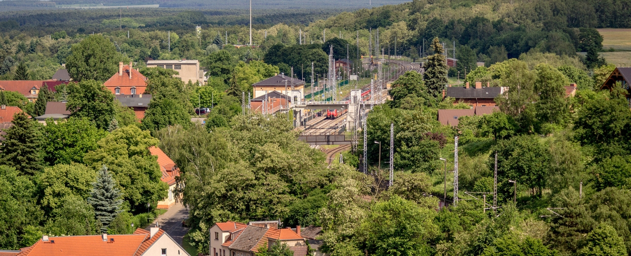 Blick über Bad Belzig und in den Naturpark Hoher Fläming mit Bahnhof - Quelle: Sebaso